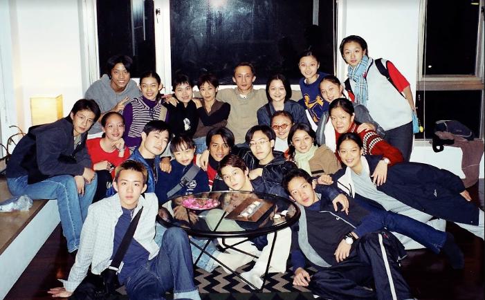 米拉拉(後排左三)與羅曼菲(左四)與學生們一同聚會