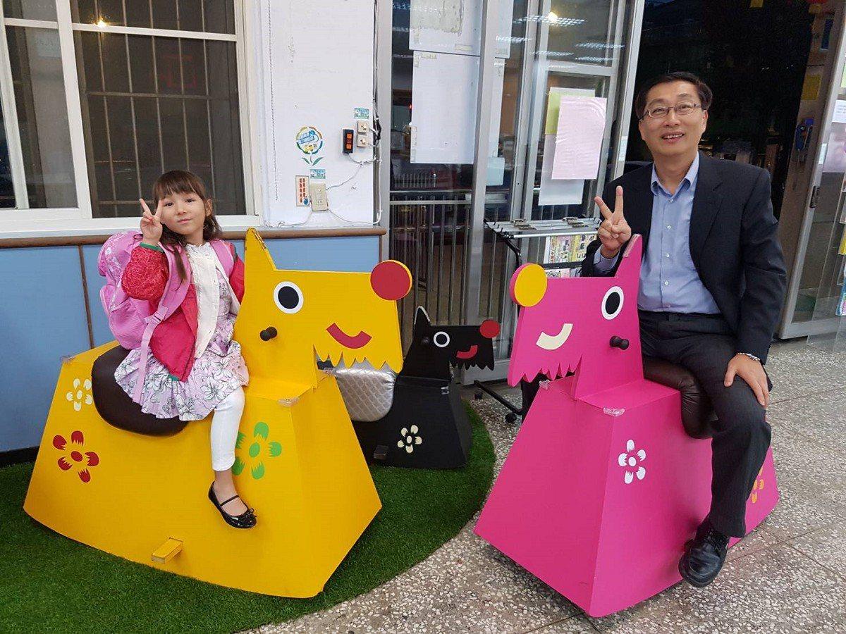 瑞芳區公所裝置藝術狗造型搖搖馬,多了一處熱鬧有趣的地點,區長陳奇正(右)歡迎民眾...