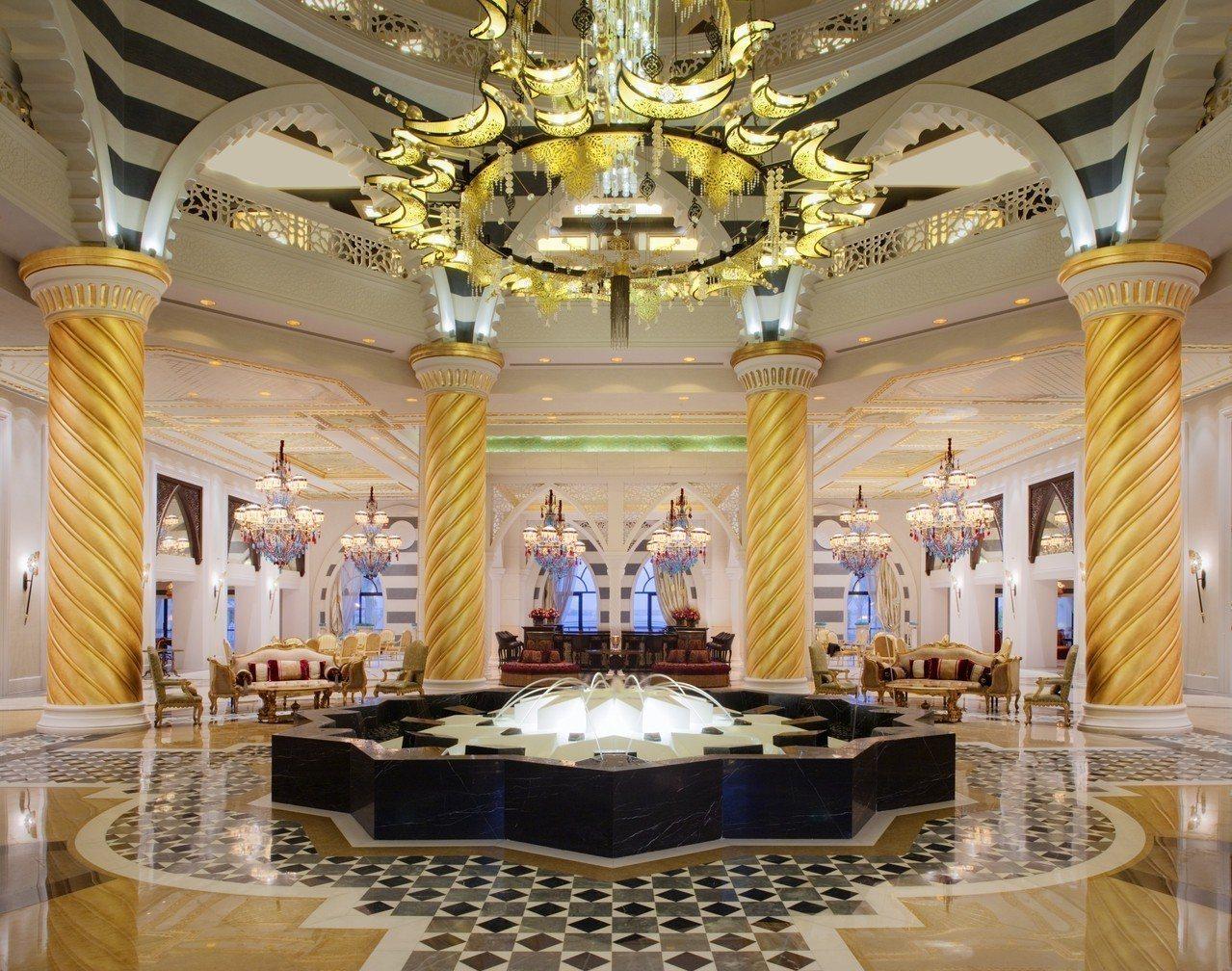 杜拜卓美亞棕櫚島斯布爾宮酒店大量使用水晶吊燈、手繪天花板和壁畫等元素。圖/杜拜卓...