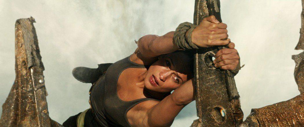 艾莉西亞薇坎德演出新片「古墓奇兵」。圖/華納提供