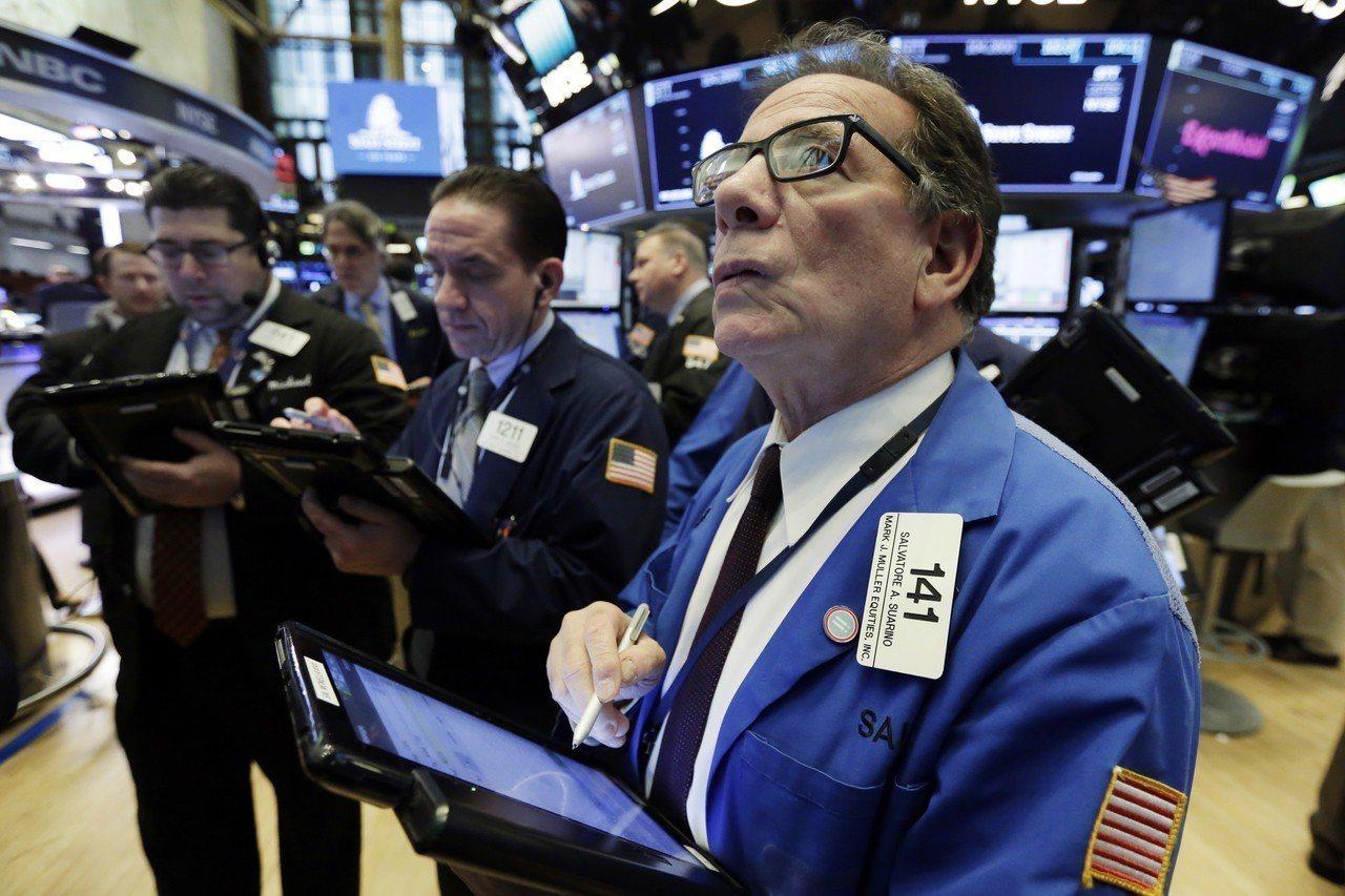 投資人對貿易戰的疑慮緩解,美股標普500、道瓊指數震盪後小幅收跌,那斯達克小幅上...