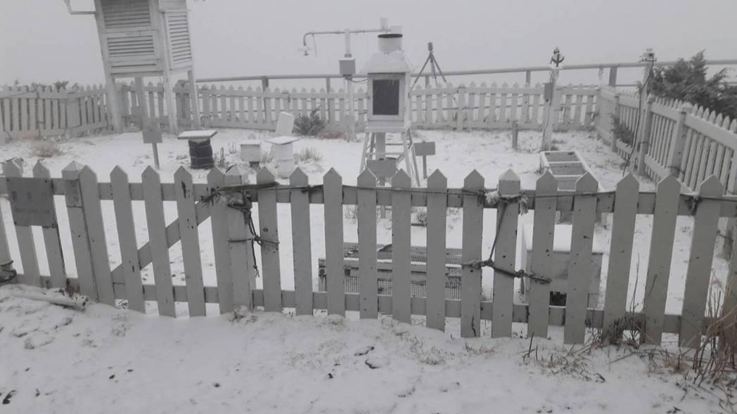 今晨玉山降雪,積雪已2公分。圖/中央氣象局提供