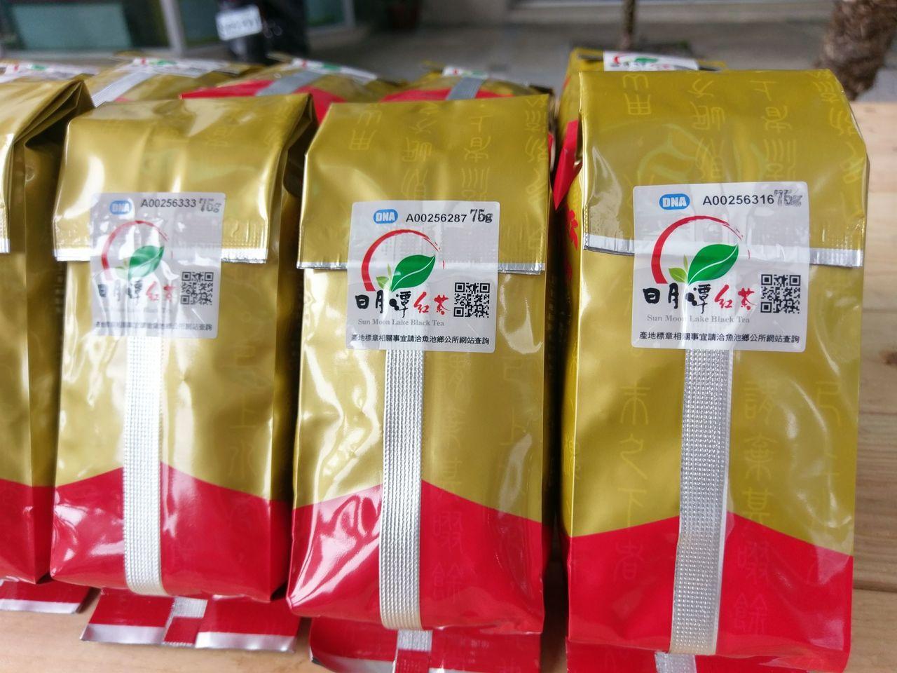 南投縣魚池鄉紅茶今年在產地標章加上QR code,用手機掃條碼就能查產地資訊,記...