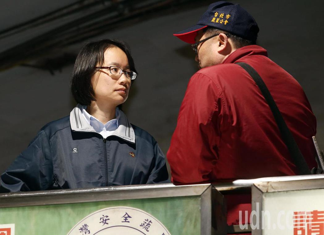 連日來挨批神隱的北農總經理吳音寧,凌晨到台北果菜批發市場視察交易情形,吳音寧站在...