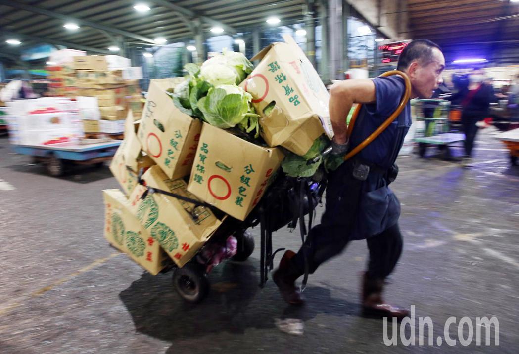 台北果菜批發市場凌晨恢復正常交易,到貨量倍增,現場工作人員相當忙碌。記者杜建重/...