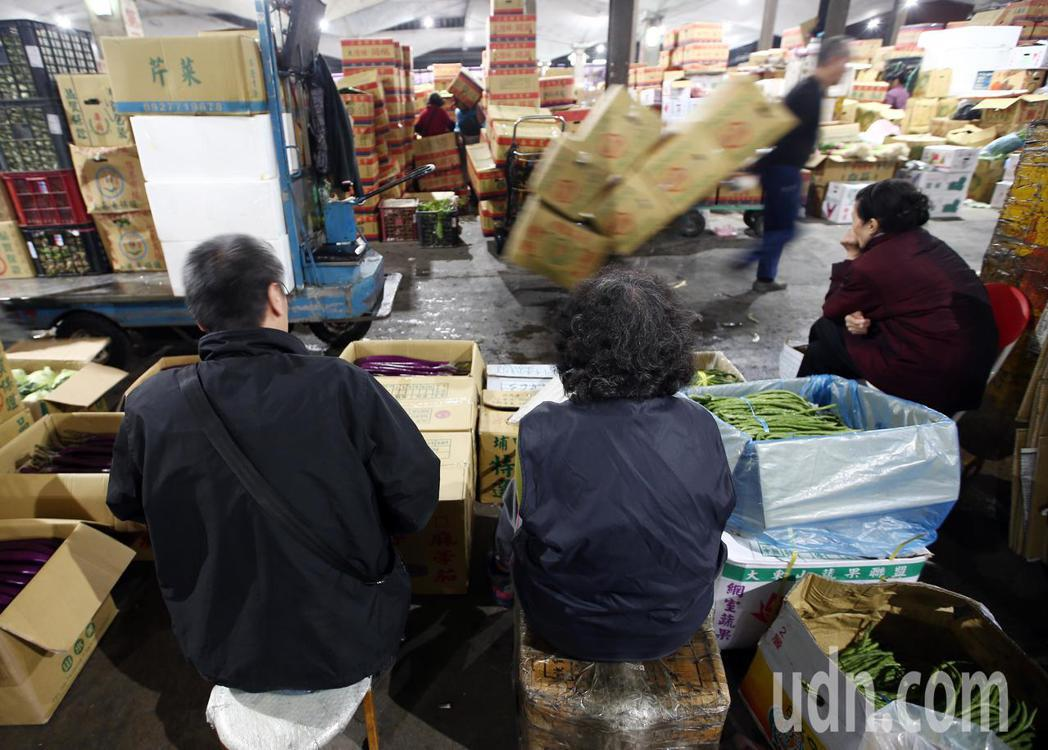 台北農產公司經過三天休市後,批發市場今天凌晨恢復交易,由於價格慘跌,許多批發商無...