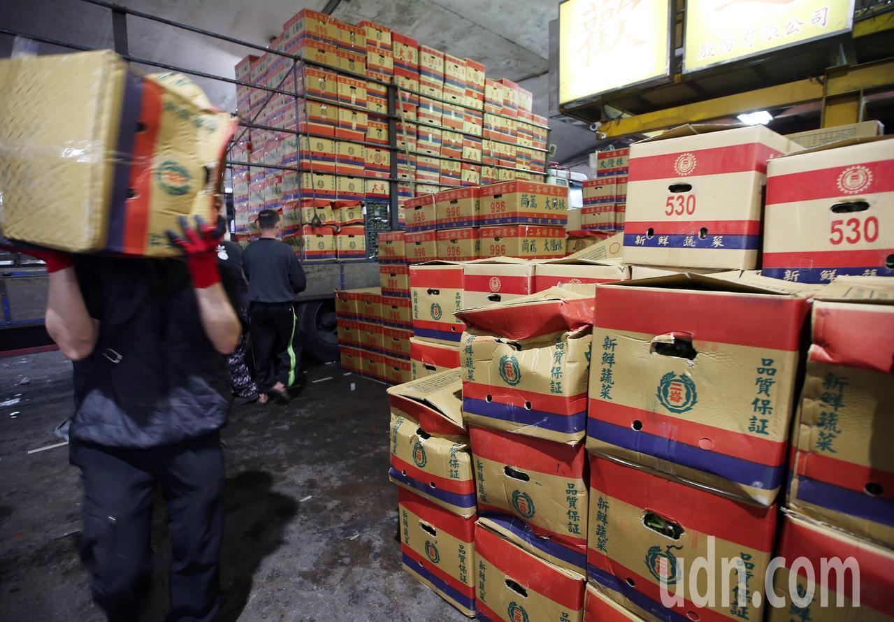 台北果菜批發市場休市三天後,凌晨恢復交易,一輛從雲林二崙來的貨車,到上午七點才進...