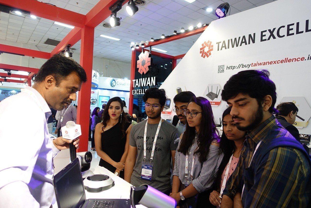 台灣精品廠商圓展科技展出專業視訊攝影,吸引參觀者洽詢。 圖/外貿協會提供