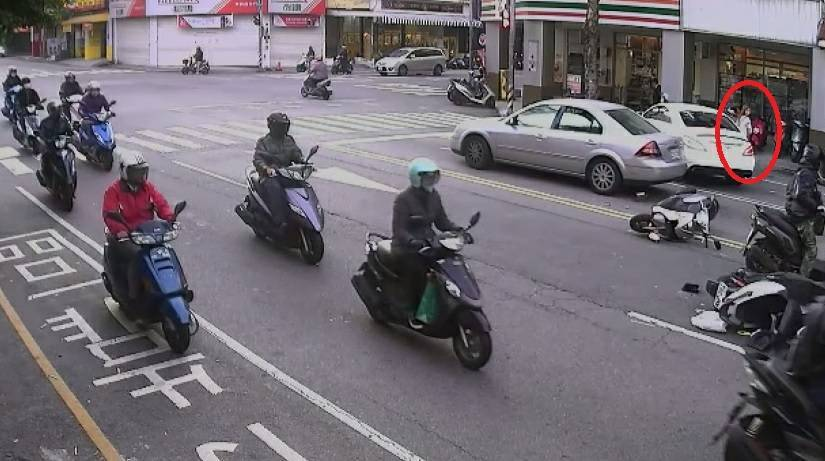 台中市發生車禍,白色賓士車違規撞倒機車。記者游振昇/翻攝