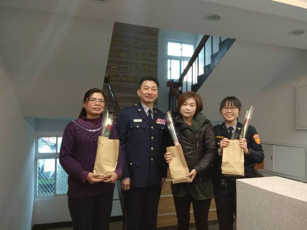 淡水警分局長劉炯炫(左二)代表送花和蛋糕給女警、女性職員,祝大家38婦女節快樂。...