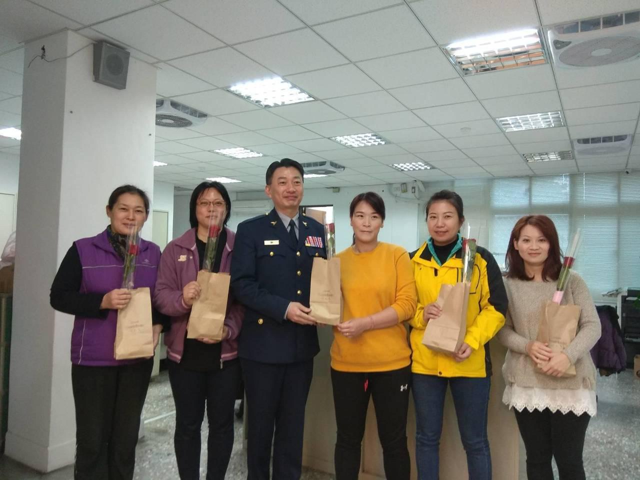淡水警分局長劉炯炫(左三)代表送花和蛋糕給女警、女性職員,祝大家38婦女節快樂。...