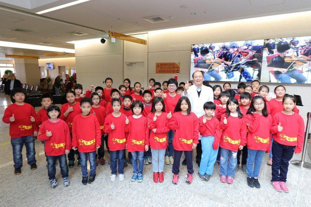 國小音樂班女老師李璨燕(中)順利摘除腦內腺瘤後,小朋友們陪她到醫院感謝為她開刀的...