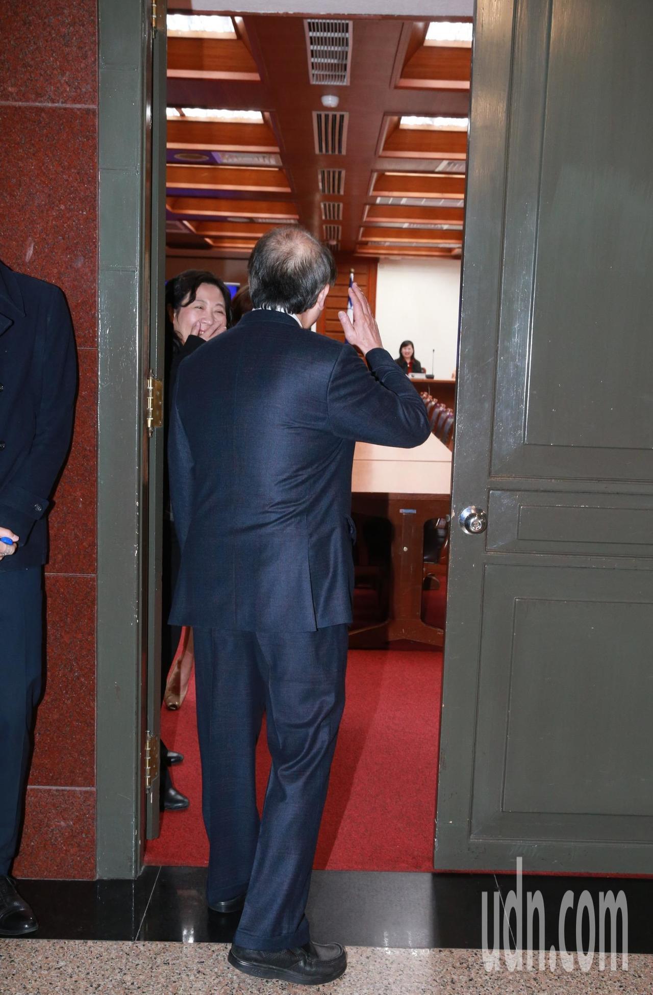 民進黨黨團總召柯建銘前來探視,但僅在門口揮手致意未進門,怕影響籤運。記者黃義書/...