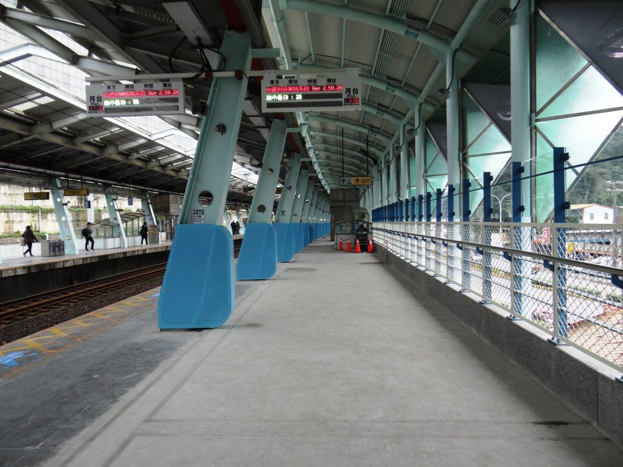 台鐵汐科站第二月台從柱子後方外推。圖/台鐵局提供