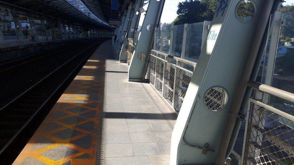 台鐵汐科站第二月台原本十分狹窄。圖/台鐵局提供
