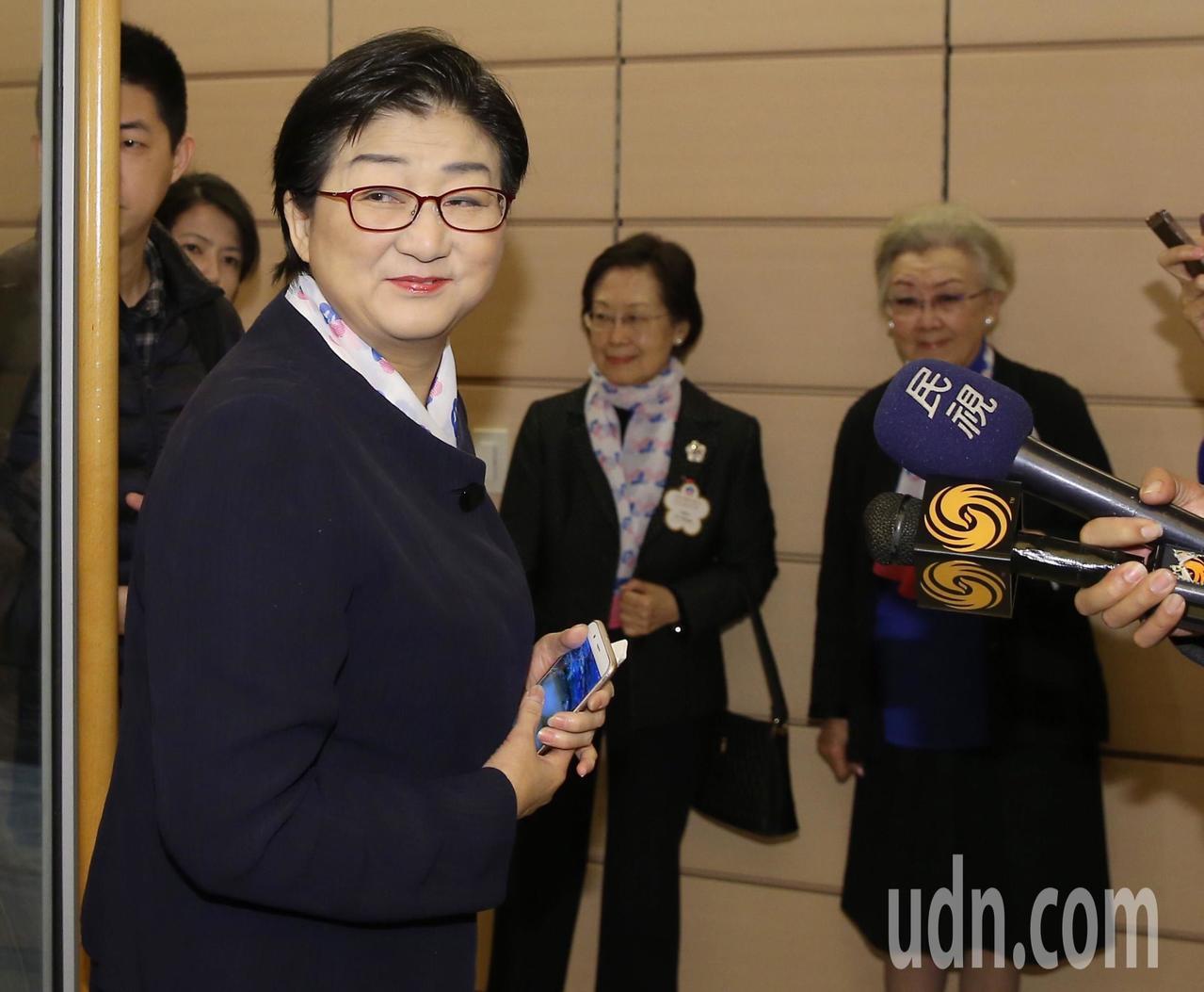 對於民進黨立委日前指稱,婦聯會成立以來收了近1000億元「勞軍捐」,雷倩(左一)...