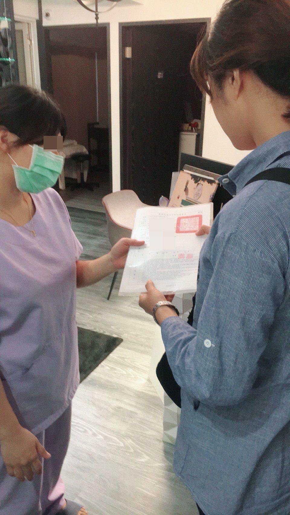 警方現場出示搜索票。記者劉星君/翻攝