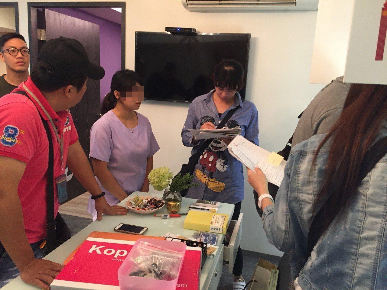 警方持搜索票到店內搜索。記者劉星君/翻攝