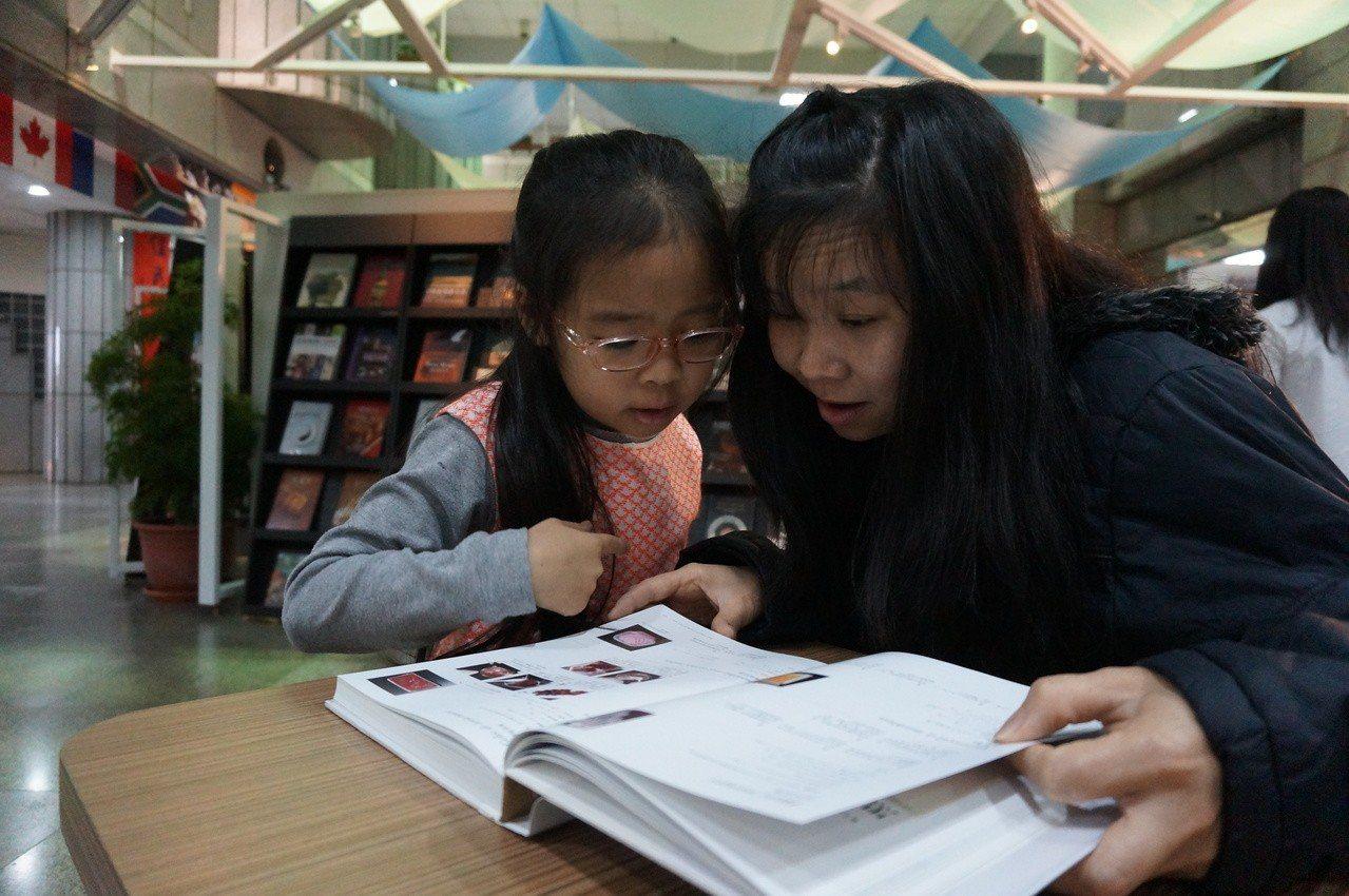 益品書屋創辦人戴勝益今在台中市新住民藝文中心,舉行餐飲文化書展,吸引不少民眾翻閱...