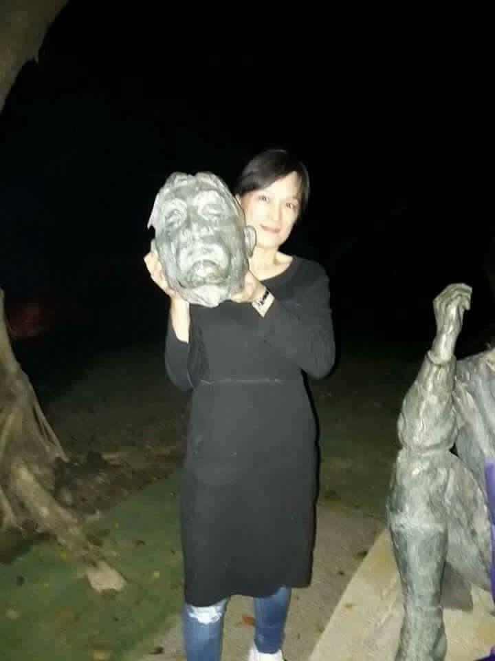 邱晉芛拿著鋸斷的八田與一銅像頭部自拍。資料照片