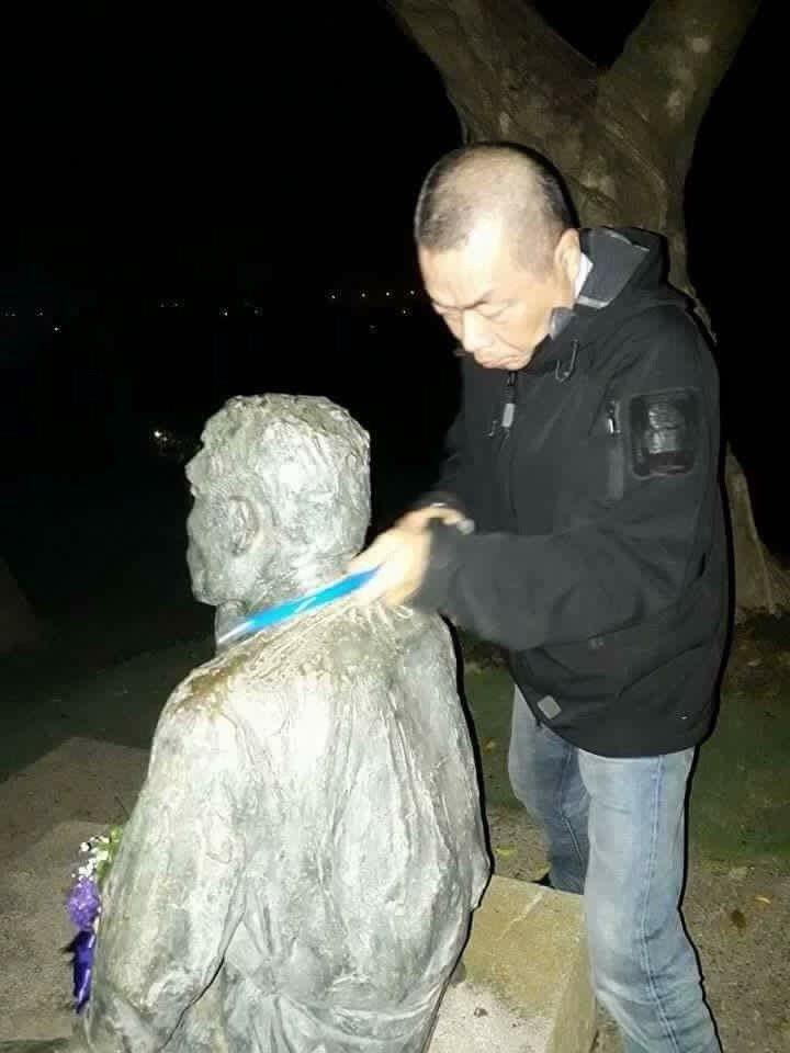 李承龍鋸斷八田與一銅像頭部。資料照片