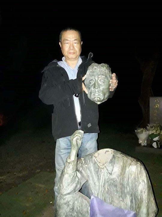 李承龍拿著鋸斷的八田與一銅像頭部自拍。資料照片
