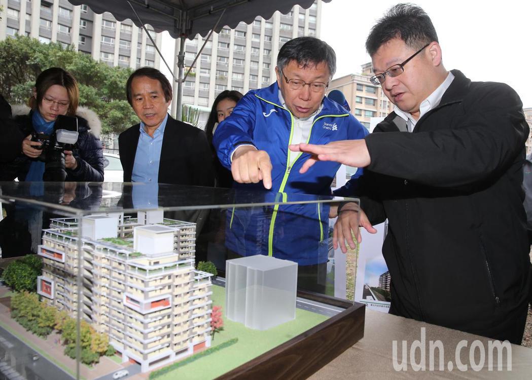柯文哲(右二)站在公共住宅模型前聽取工作人員簡報。記者徐兆玄/攝影
