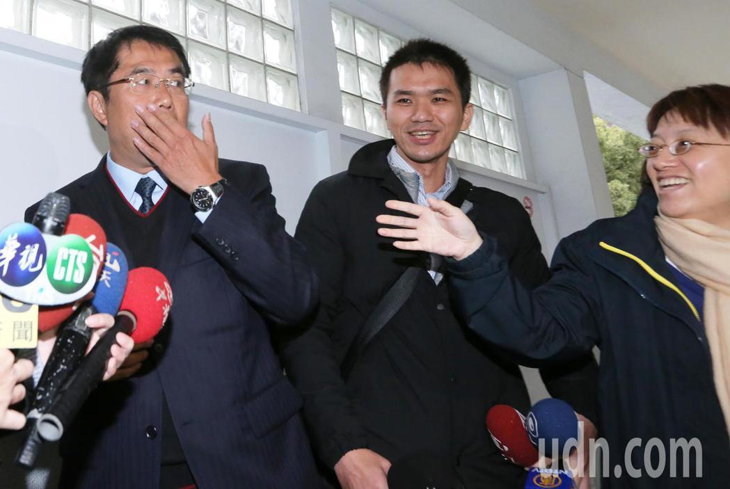 黃偉哲(左)在立法院接受媒體訪問,面對媒體追問有沒有想到會贏那麼多,黃偉哲表示,...