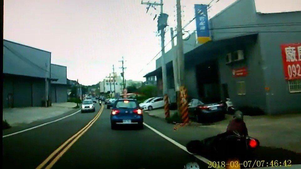 女騎士看到前方直行車輛打方向燈欲右轉,情急之下大力煞車,機車煞車瞬間鎖死而滑倒。...