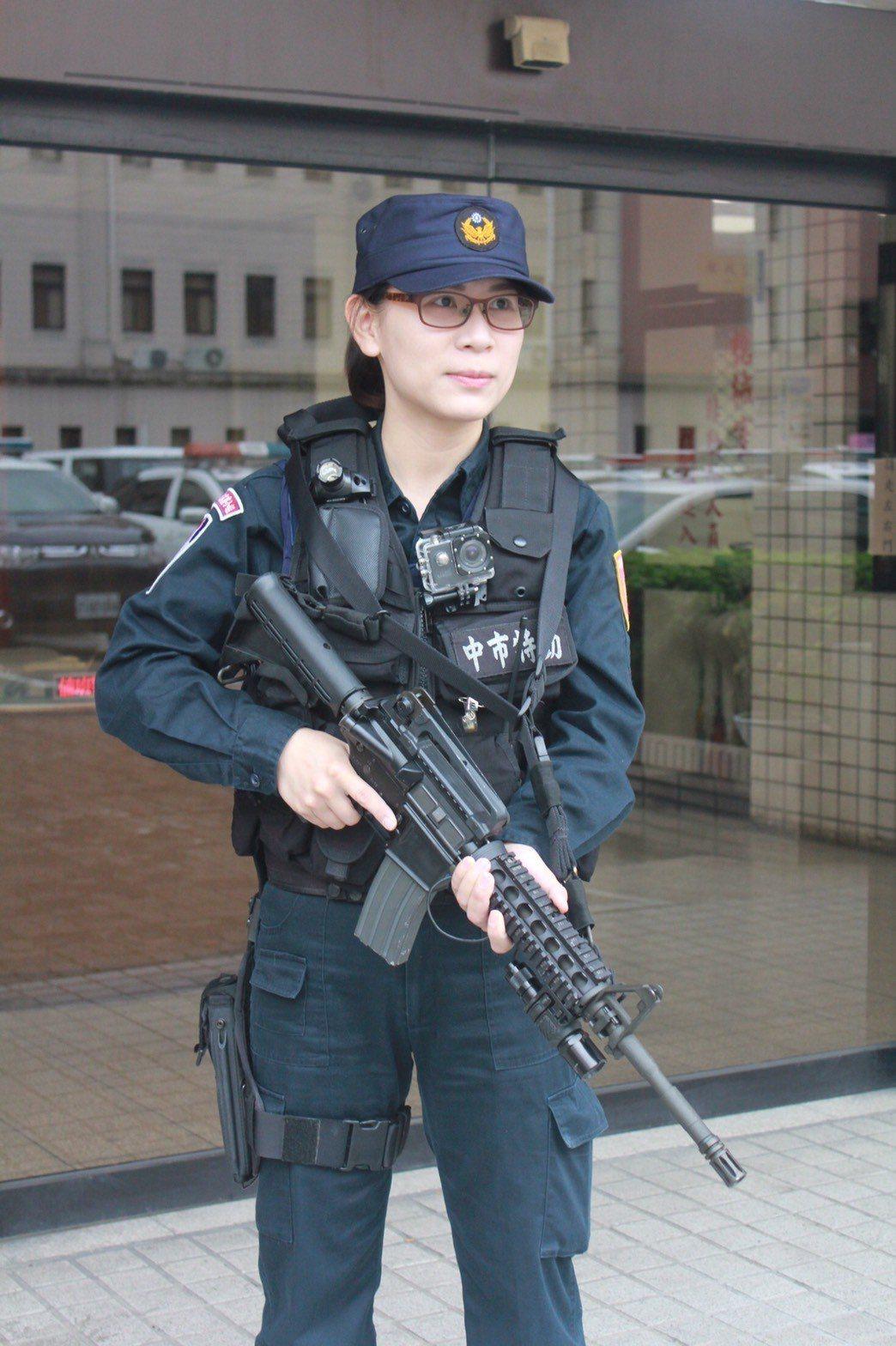 台中市保安警察大隊特勤中隊員王云黔是隊上唯一的女隊員。記者陳宏睿/攝影