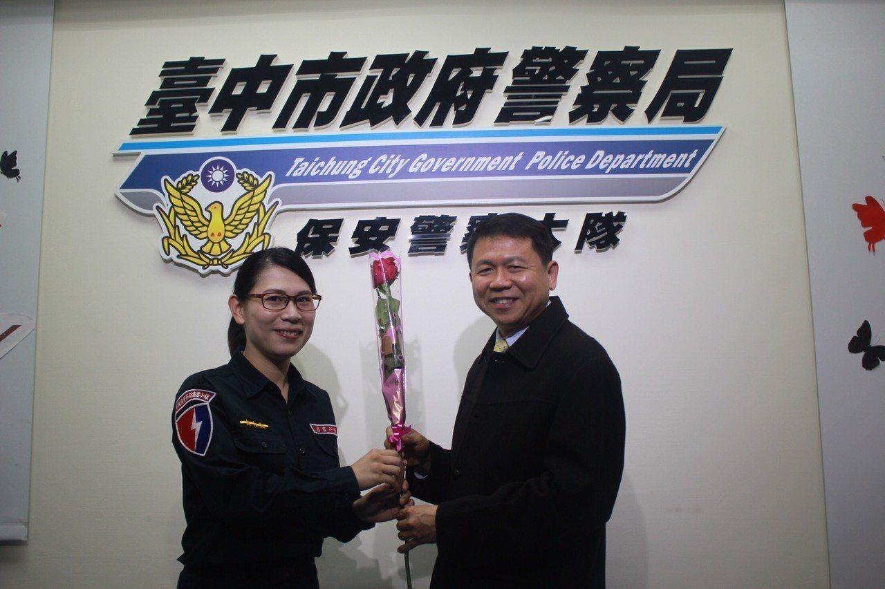 台中市保安警察大隊特勤中隊員王云黔(左)是隊上唯一的女隊員,保大大隊長陳家銘(右...