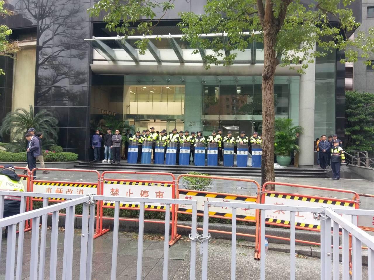 抗議團體在日本台灣交流協會外抗議,警方架起層層拒馬。記者徐偉真/攝影