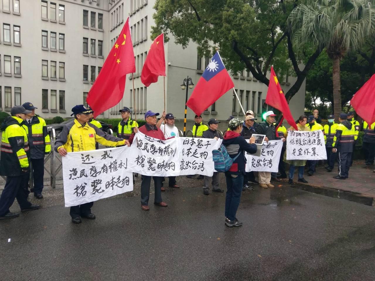 抗議團體在外交部外抗議。記者徐偉真/攝影