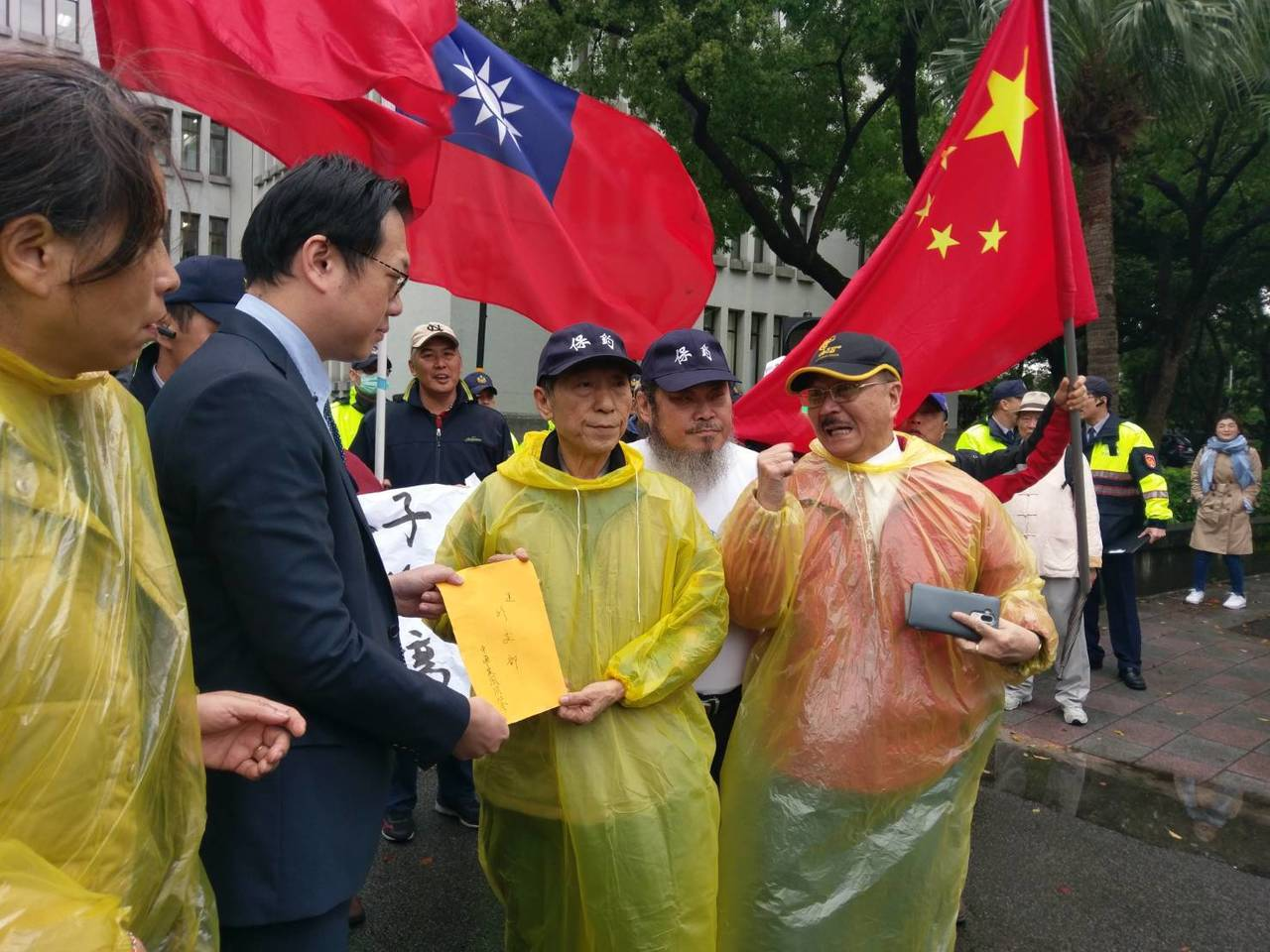 外交部派人接下抗議書。記者徐偉真/攝影