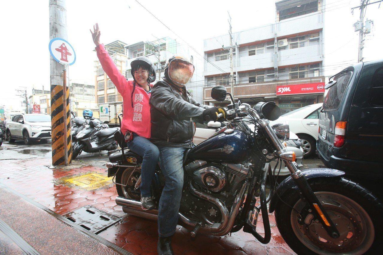 陳俞融搭重機,完成民進黨內議員初選登記。圖/陳俞融服務處提供