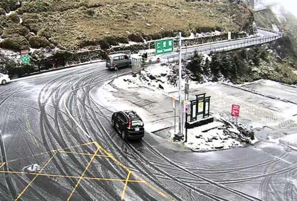 合歡山今上午持續降雨,下午轉間歇性雨夾霰,部分路面也出現結冰。記者賴香珊/翻攝
