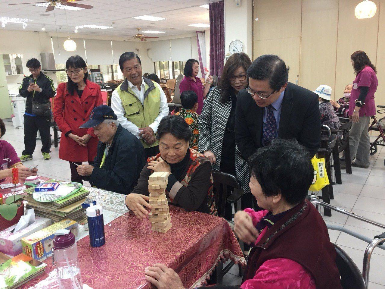 台南市代理市長李孟諺參觀官田老人護中心,向長者們拜年。記者吳政修/攝影