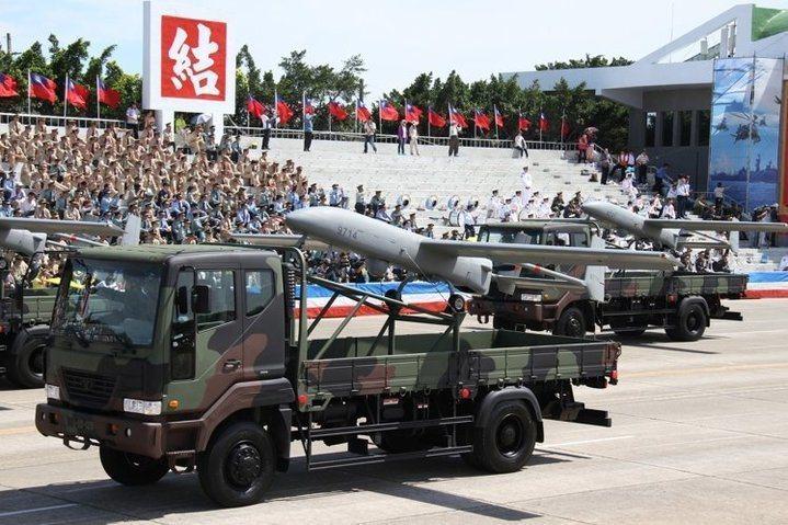 配備銳鳶無人機的陸軍戰術偵蒐大隊,去年九月移編海軍。民國105年在阿里山區的墜機...