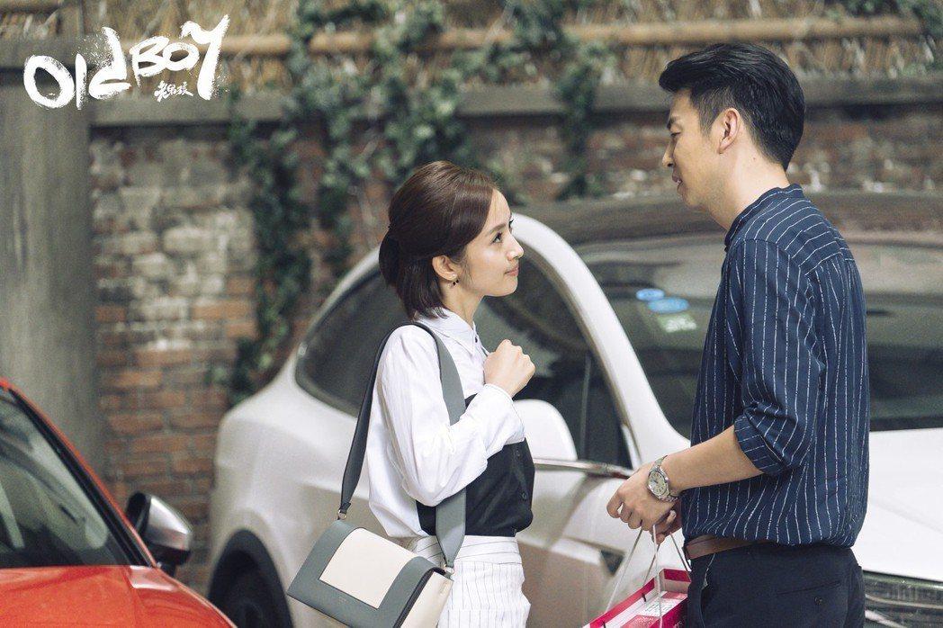 林依晨(左)在「老男孩」中與雷佳音對戲。圖/周子娛樂提供