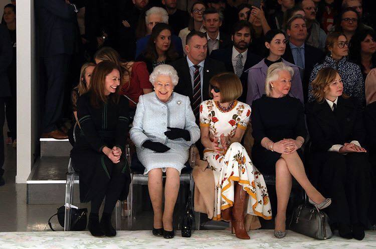日前英國女王與安娜溫圖同場看秀的時候,安娜溫圖首檔配戴的就是 Ralph Lau...