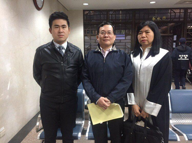 王炳忠(左)自訴周玉蔻洩密、誹謗今天與父親王進步(中)、律師陳麗玲到法院出庭。記...