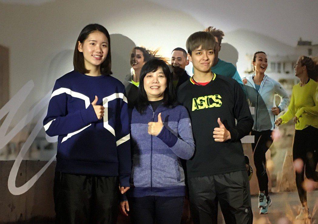 陳菀婷(右)和學妹陳姿雅(左)和亞瑟士總經理謝玉真一同為亞瑟士盃排球賽宣傳。 記...