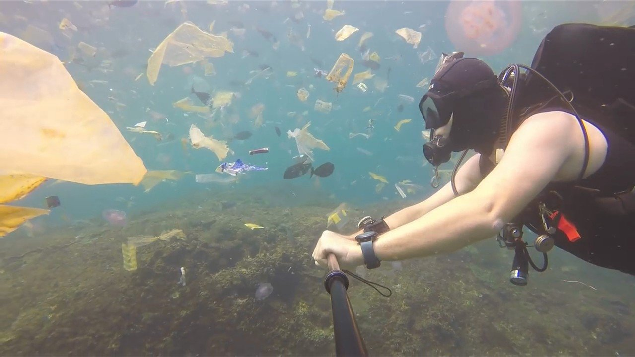 峇里島附近海域深受垃圾危機所苦,嚴重影響海洋生態。影片截圖