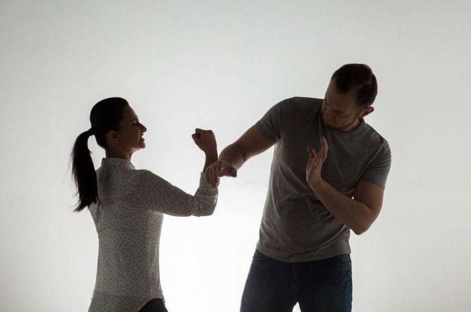 黃姓男子與妻結婚7年多相互指控,台中地院判兩人離婚。圖/ingimage