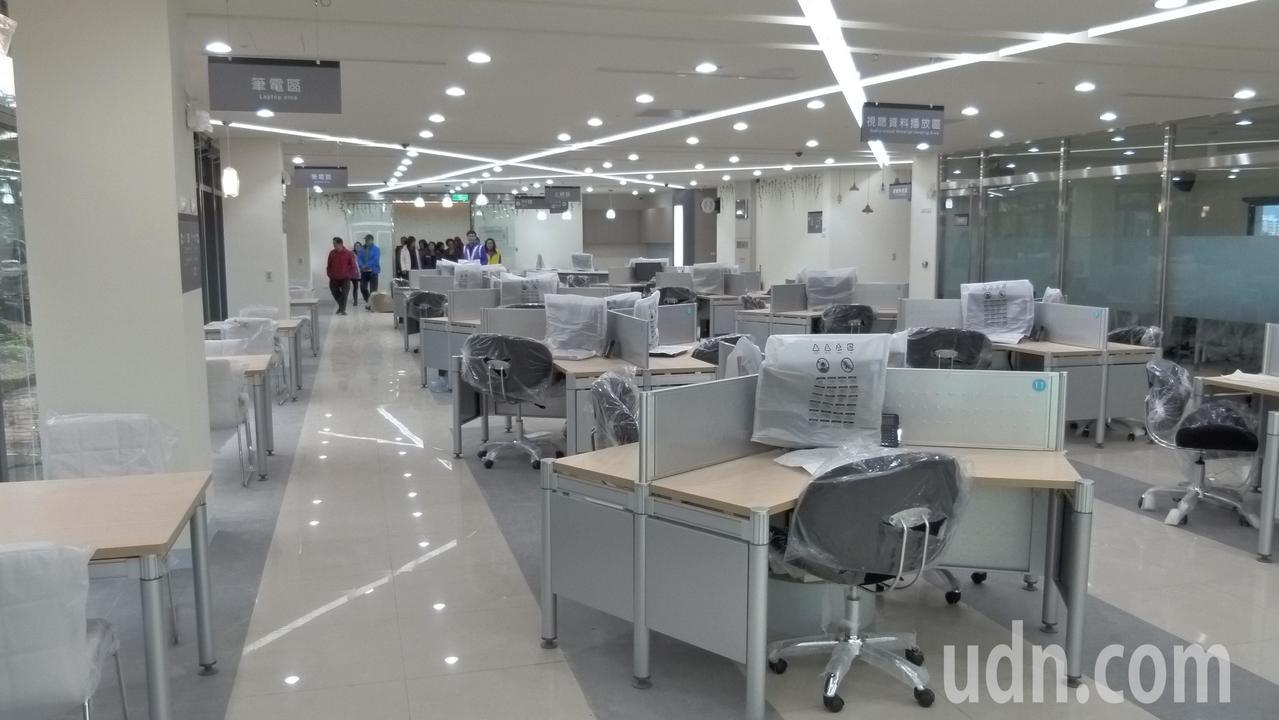 圖書館一個使用的電腦桌比一般家庭大上50%。記者鄭國樑/攝影
