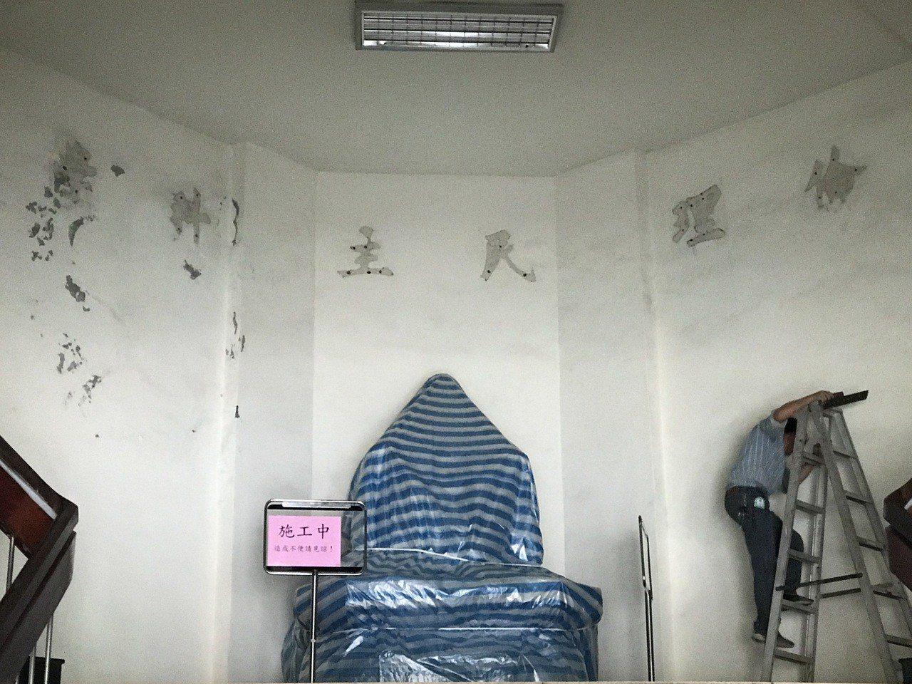 游祥耀1日上午開記者會,市警局下午就把局內銅像被用帆布包得密不通風。記者吳淑君/...