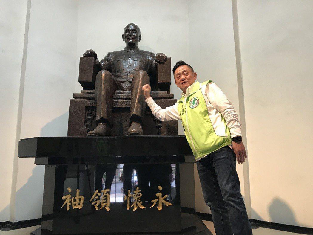 民進黨議員游祥耀,1日到基隆市警局開記者,指有人對市警局有全台唯一留存蔣公銅像不...