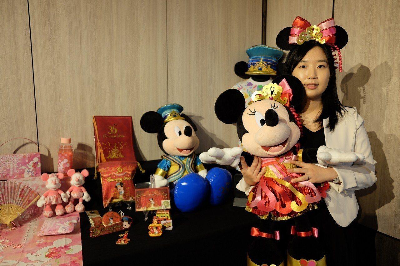 東京迪士尼35周年慶限定商品,大型米奇米妮偶像吸睛。 記者黃仕揚/攝影