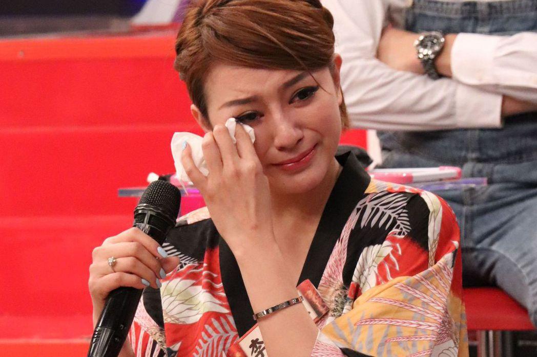 李妍瑾日前上節目聊到複雜曲折的身世,掩不住眼淚哭了。圖/中天提供