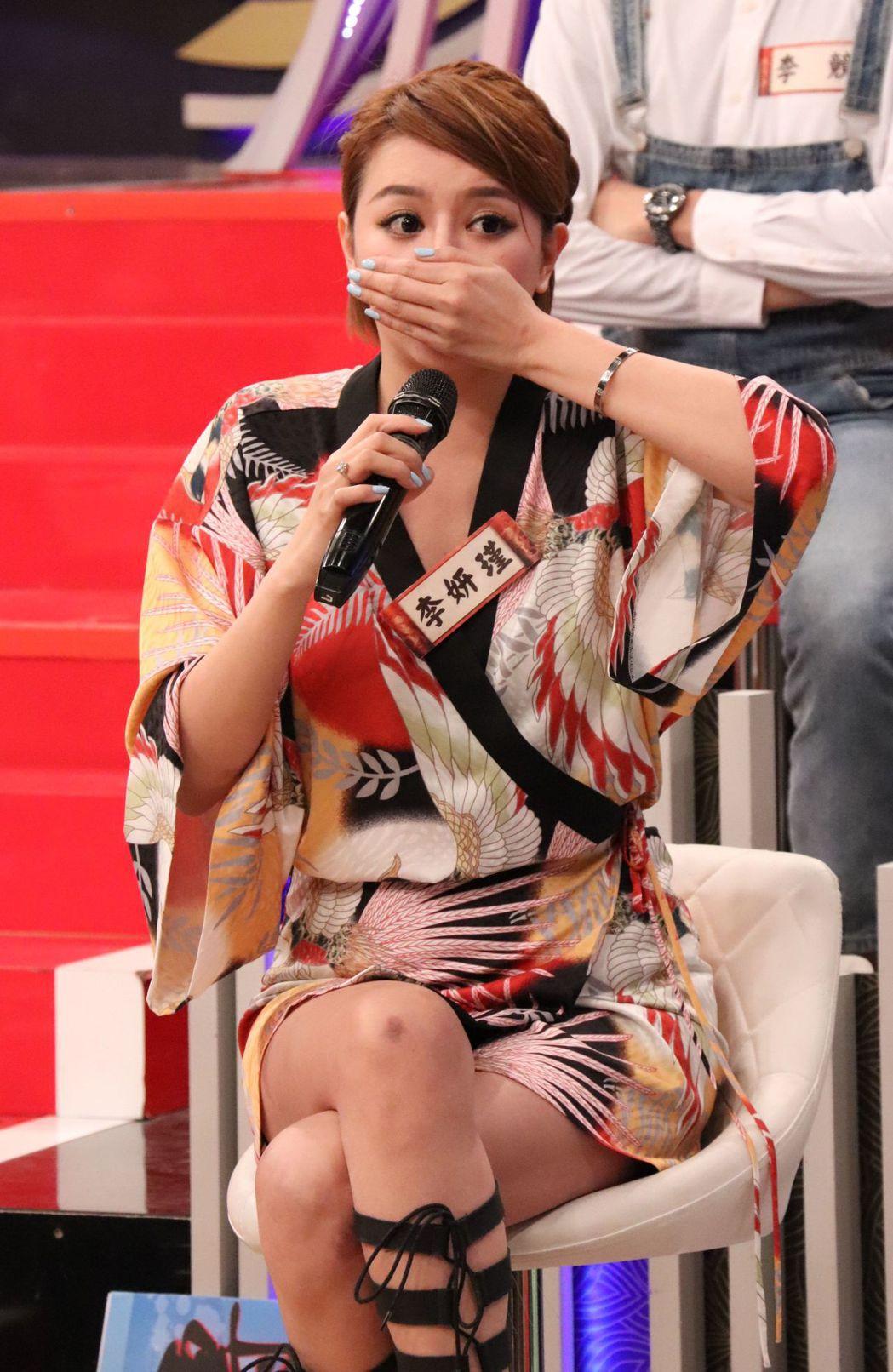 李妍瑾聊到複雜曲折的身世,掩不住眼淚哭了。圖/中天提供